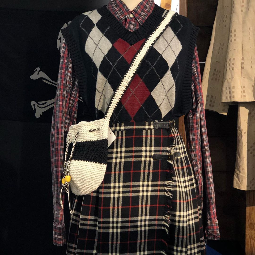 . [Swinging Seoul 에이랜드 명동본점] . [TOP] POLO 셔츠 [TOP] LEVIS 니트 베스트 [BOTTOM] BURBERRY 스커트 [ACC] 타이니트 백  명동 에이랜드본점 4층 스윙잉서울 -스윙잉서울(에이랜드) 판매 제품은 웹사이트가 아닌 매장방문시 구매 가능한 상품입니다. . . . . . . . .