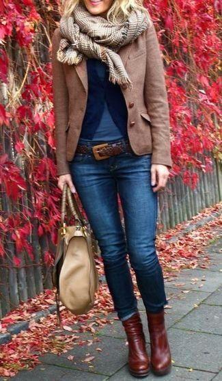 braunes Wollsakko, dunkelblaue Strickjacke, blaues T-Shirt mit einem Rundhalsausschnitt, dunkelblaue enge Jeans für Damen