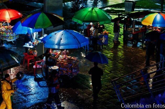 Vendedores ambulantes al lado del Portal del Norte en la noche. Bogotá #colombia