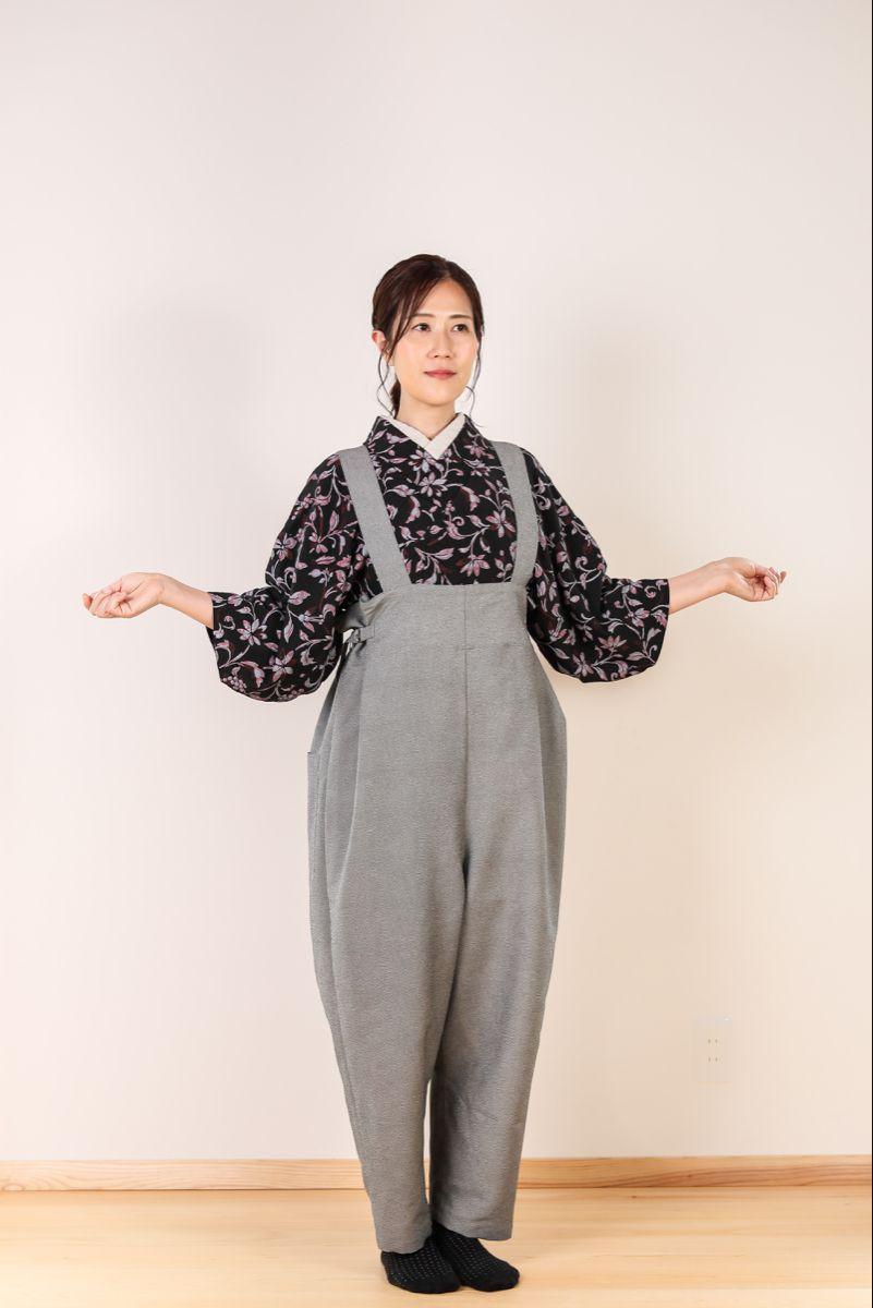 着物ズボン 墨色 鮫小紋柄紋柄 17,800円※税込 フリーサイズ  落ち着いた色味でクールなイメージで着こなしできます。お写真のようにアーティストや職人さん風の着こなしもおすすめです。  素材:高品質のポリエステル100%でしわになりにくく、お手入れも簡単。  縫製:国内で手仕事で丁寧に縫製しています。  機能:後ろの腰周りにはポケットが付いており、 スマホや財布などの小物類が収納できます。サイドアジャスター付きでサイズ調整も簡単。  (写真のモデル)165cm  オンラインショップで販売中。 送料無料でお届けします  #着物ズボン  #着物  #着物コーディネート #着物生活  #もんぺ  #袴  #はかま  #和服  #和の暮らし  #茶道  #華道  #着物リメイク  #着物大好き  #和装