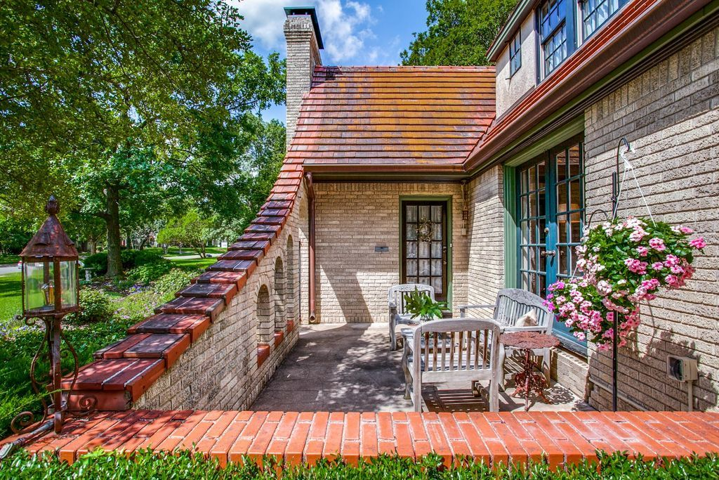 7203 Lakewood Blvd Dallas Tx 75214 Zillow Types Of Houses Old Houses House Styles