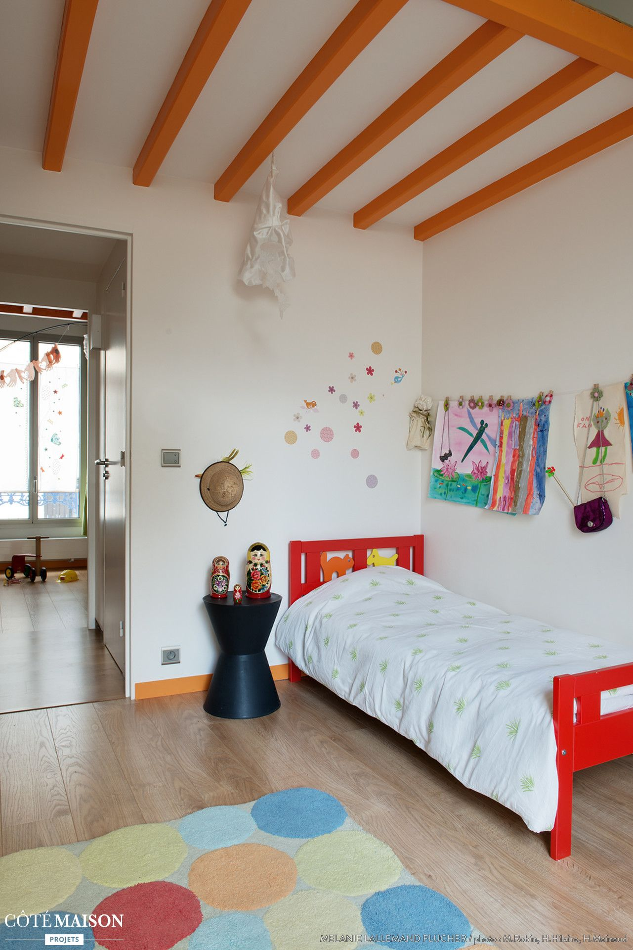 unne chambre d 39 enfant color e avec les poutres apparentes peintes en orange plafond. Black Bedroom Furniture Sets. Home Design Ideas
