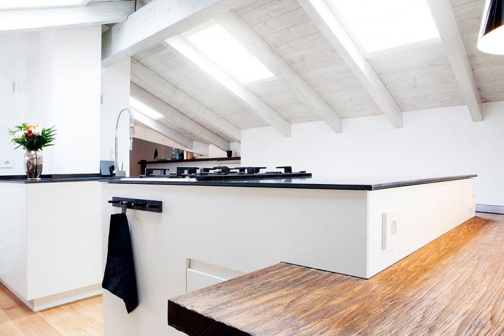 Küche Matt weiß lackierte Fronten / Eingefräßte Griffleisten auf den Kunden angepasst / Arbeitsplatte aus Stahl geölt & gewachst