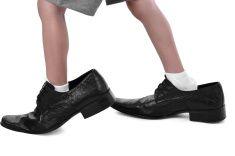 Les petits pieds dans une grande chaussure stock photo