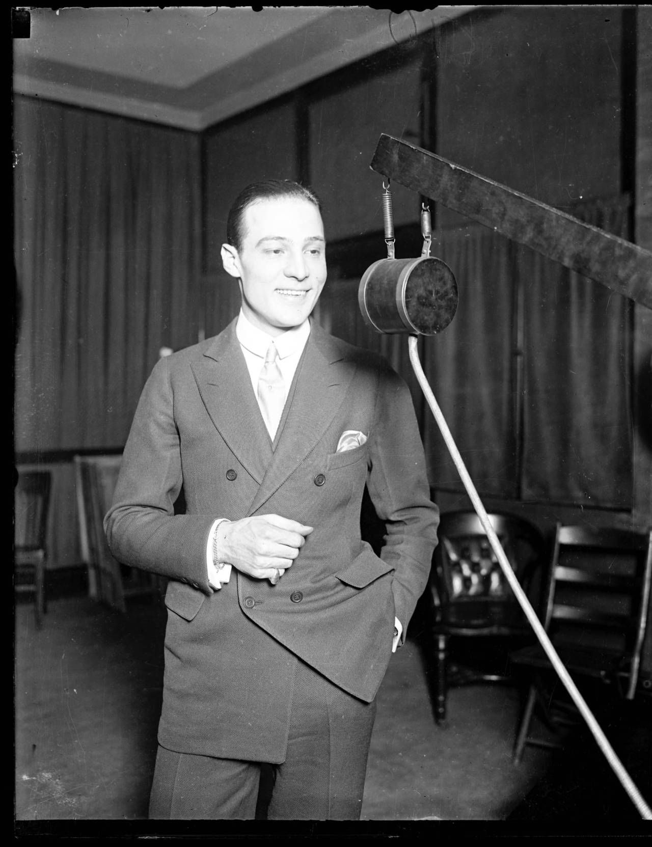 Rudolph Valentino in Chicago. Love the soft shoulder and lapel