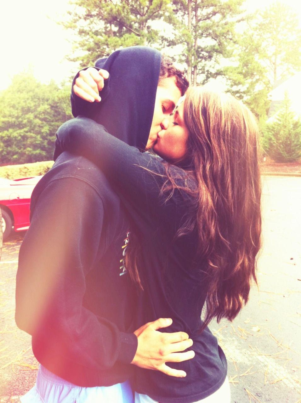 Фото как девушка целуется 11 фотография