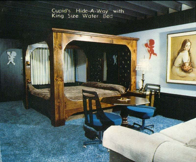 Rooms: Cupid's Hide-A-Way With King Size Water Bed. The Gobbler