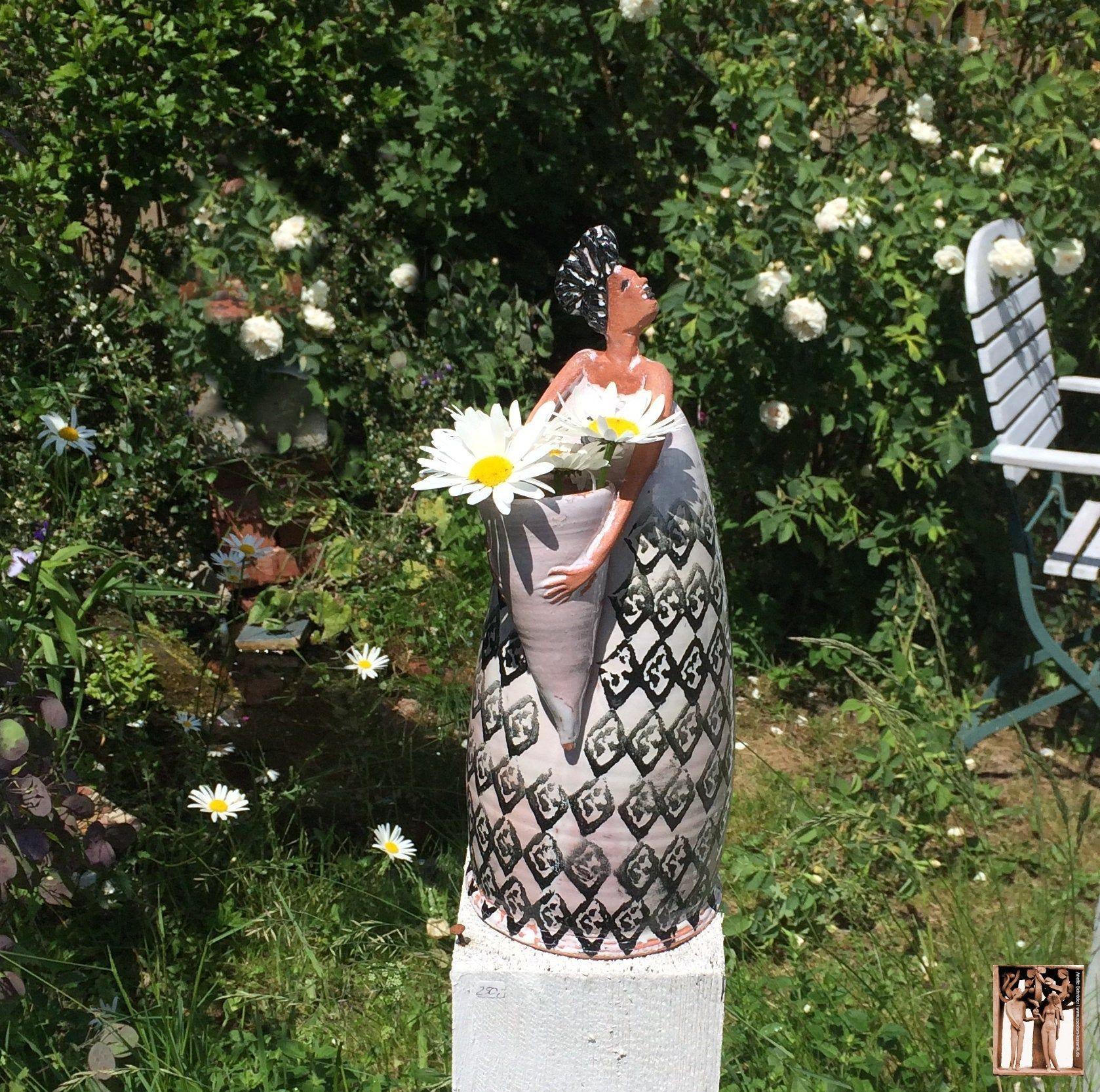 Blumenfrau, handgefertigte Keramikfigur Afro Ethno, Keramik-Kunst Kleinplastik Skulptur Gartenfigur Dekoration von Anette Schröder