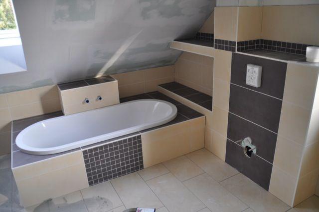 fliesen für die badewanne in hell und dunkel ähnliche tolle ... - Badewanne Einmauern Ideen
