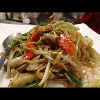 Chow Mein Egg Noodle Stir Fried With Celery Bean Sprouts Onion Carrot Cabbage Green Onions And Chicken Beef Pork Veggie Chow Mein Food Asian Recipes