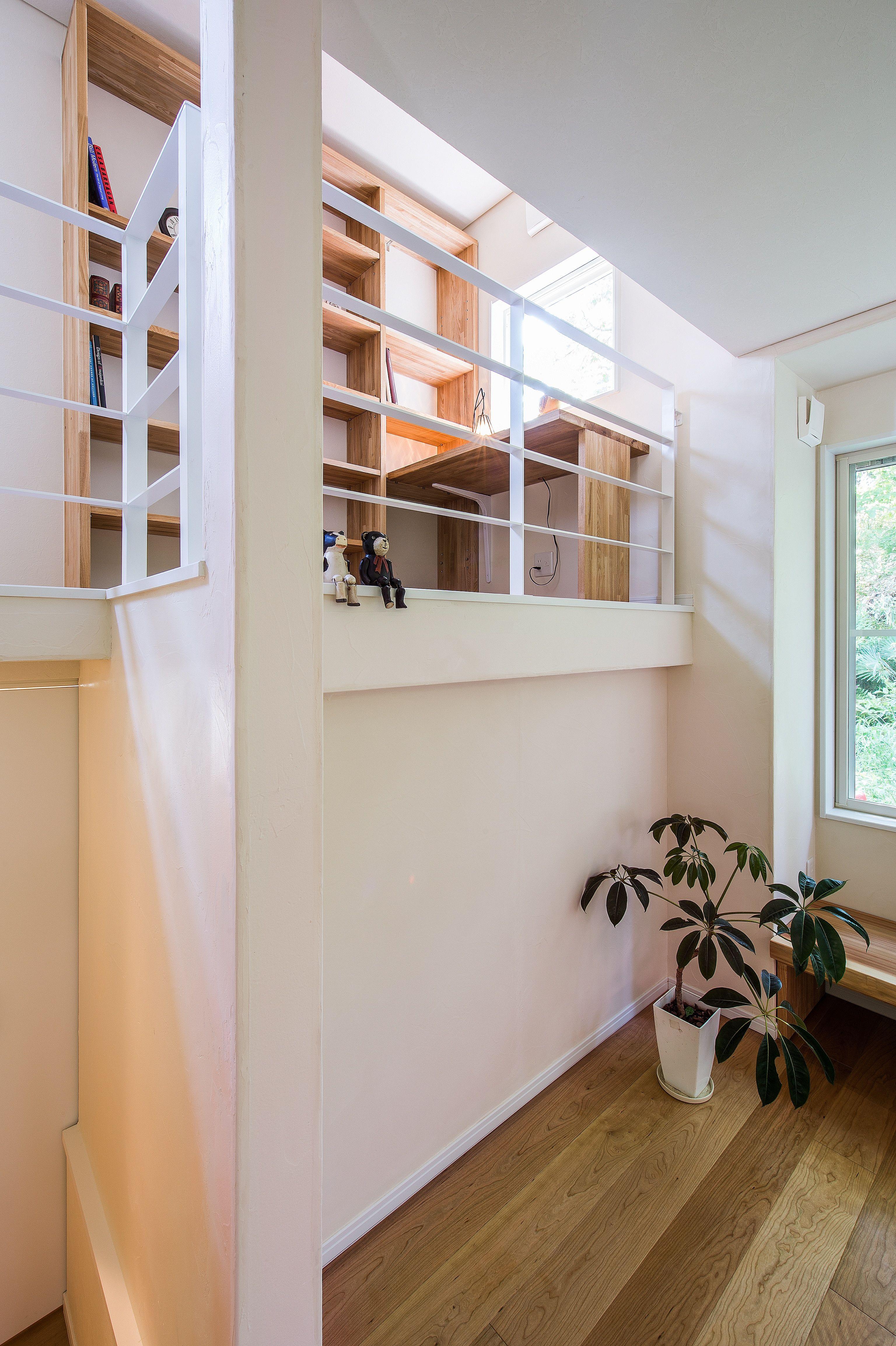 中二階の手すり 真っ白のフラットバー スキップフロア 家 住宅