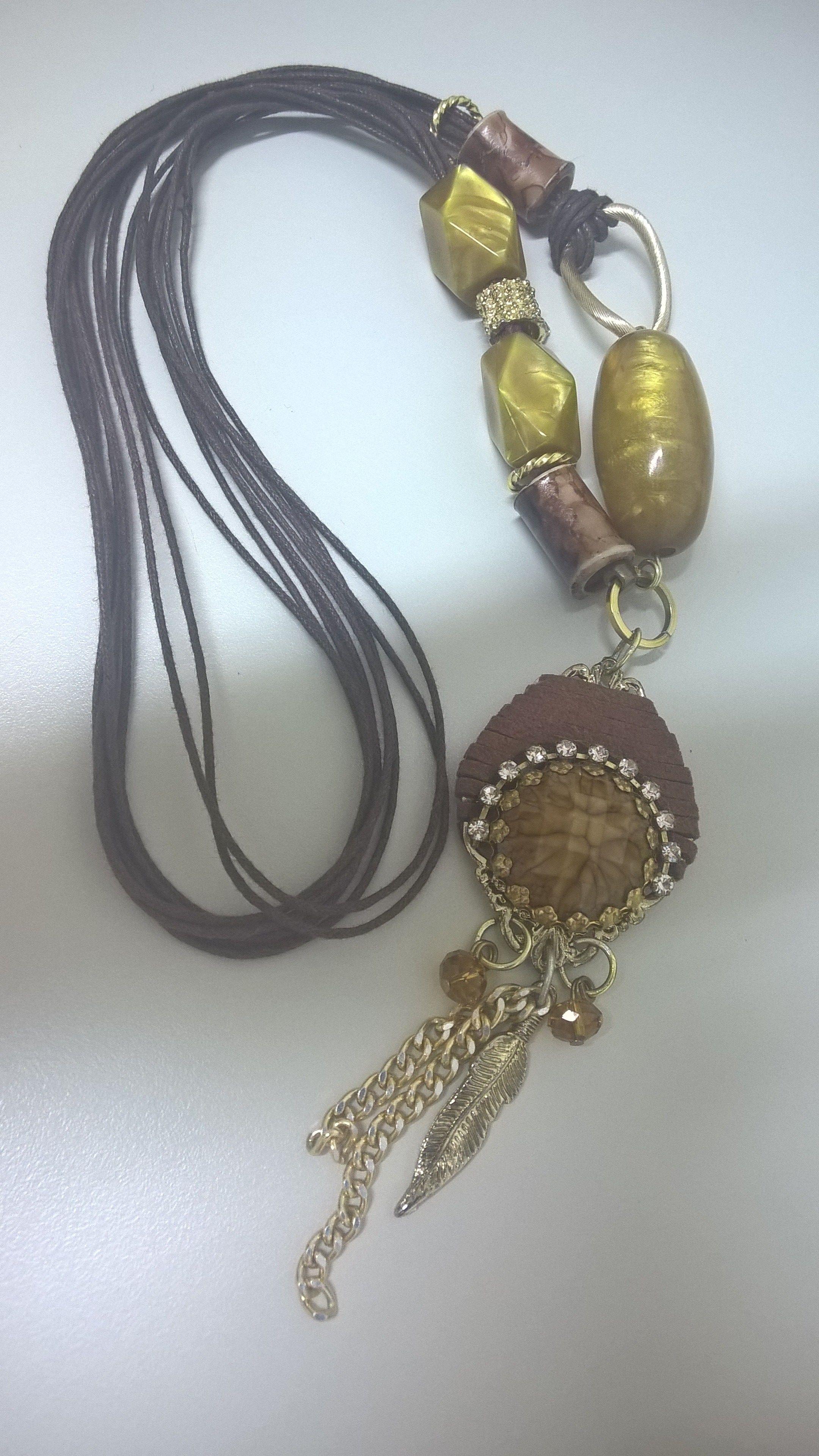 Colar cordão encerado, courinho, metais e miçangas