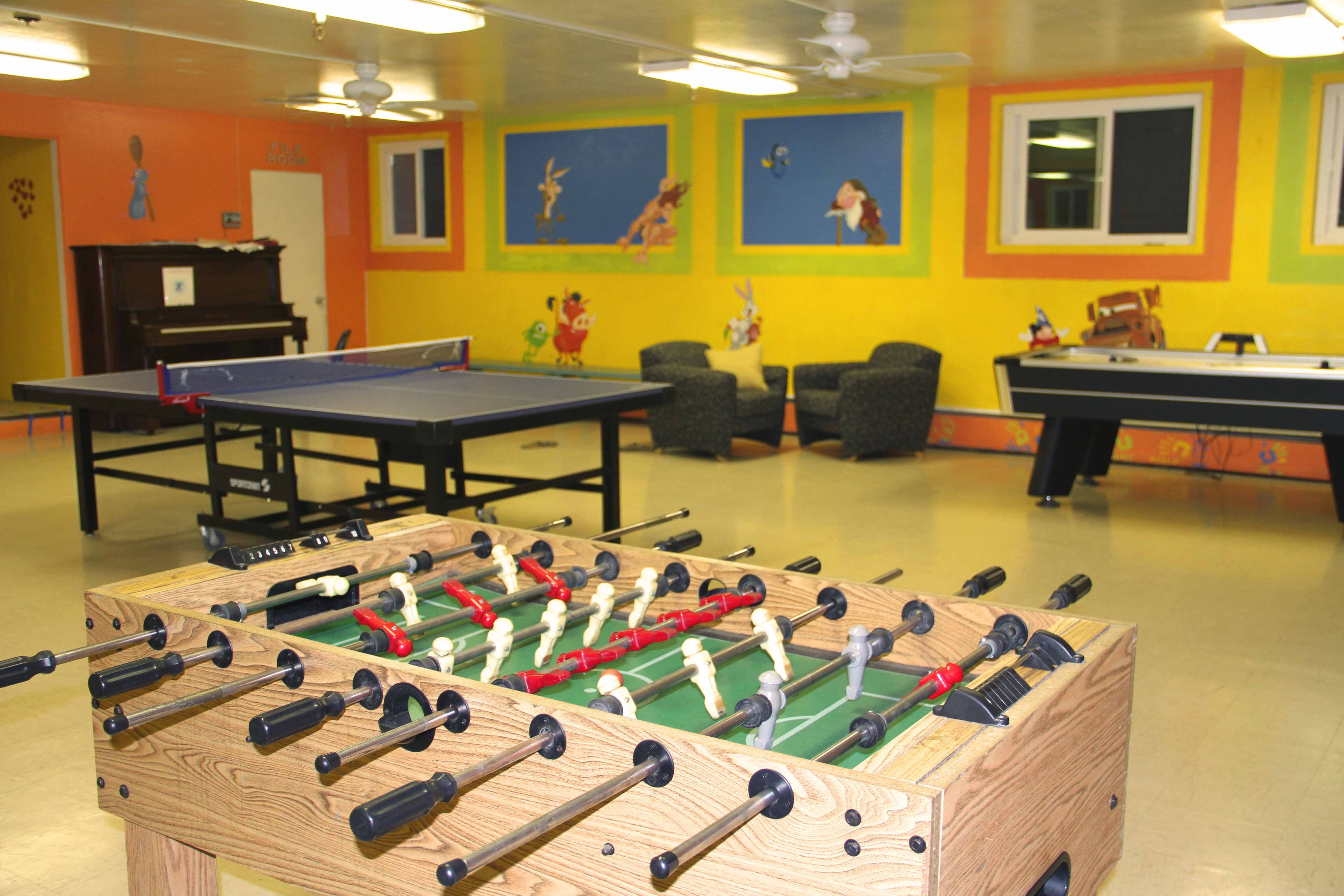 Many Rec Room Es Receive A Notoriously Masculine Design With Heavy Leather Chairs And Dark Curtains But The Addition Of Wood Recreationalroom
