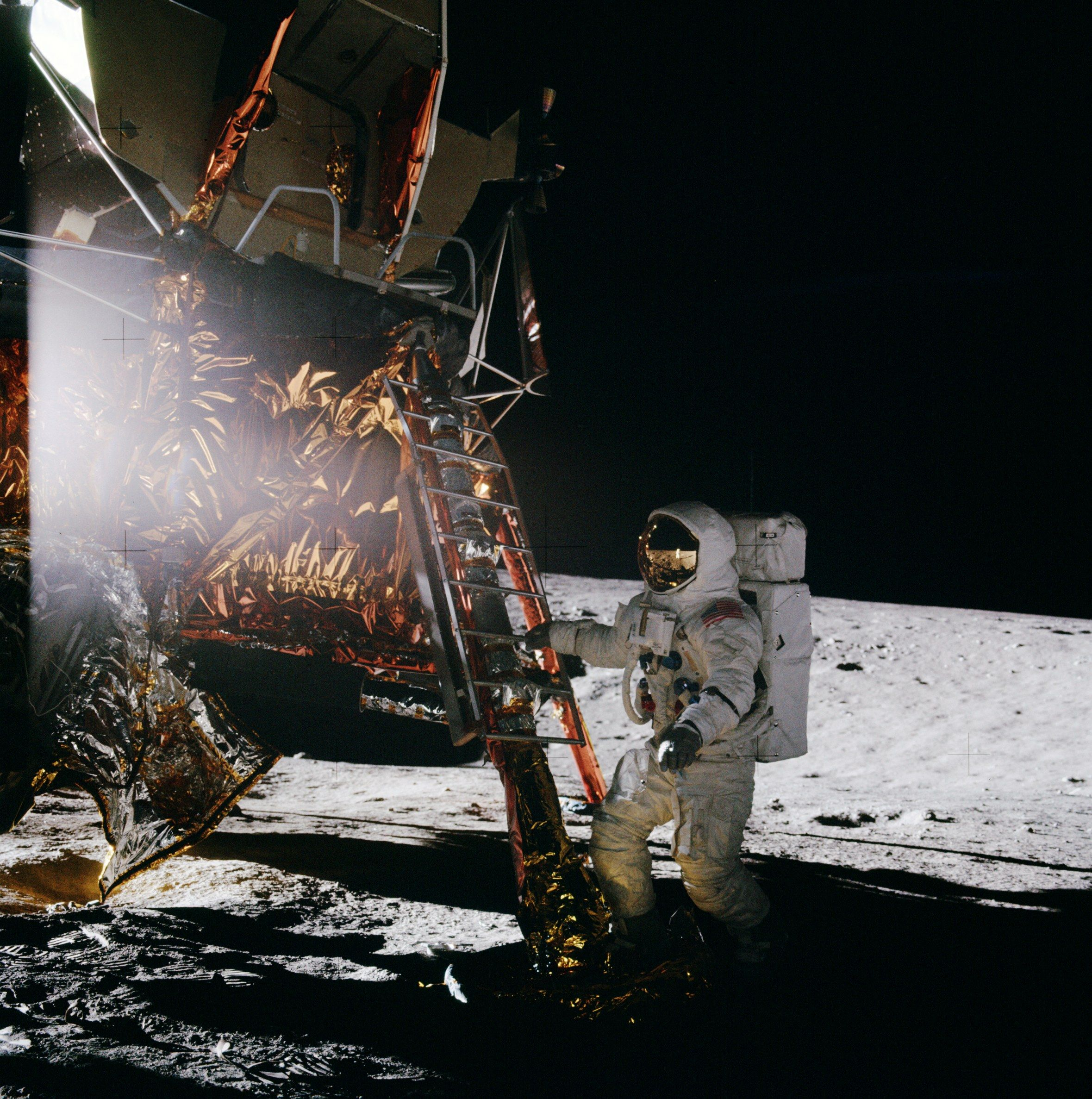 Apollo_12_Al_Bean_stepping_on_moon.jpg (2359×2374)