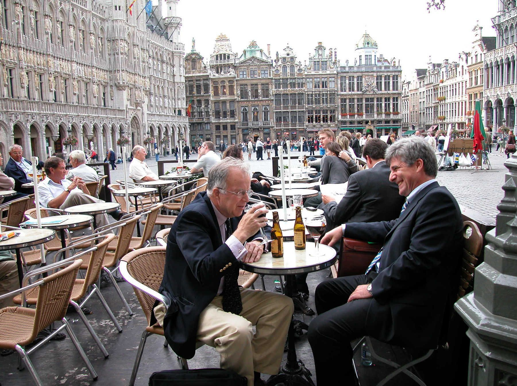 Café al aire libre bebedores, Grand Place, Bruselas, Bélgica