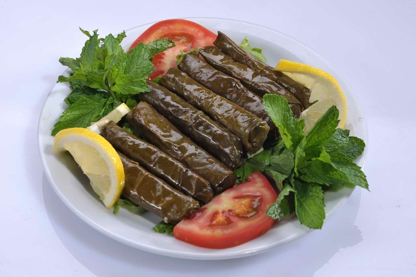 اكلات الطبخ على الطريقة اليونانية ورق عنب مع سلطة إليك Stuffed Grape Leaves Food Food To Make