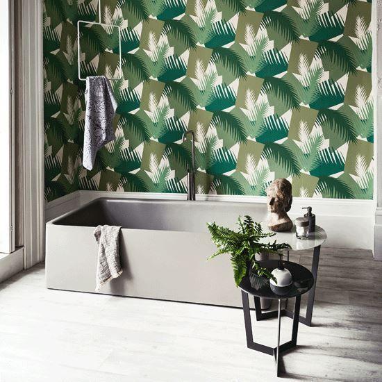 Badezimmer mit Tapete Deco Palm von Cole \ Son #grün #palmen