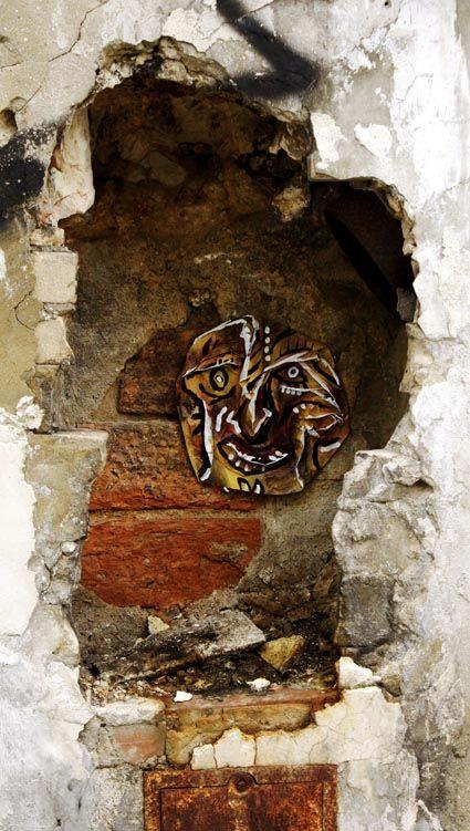Face au mur # 10  Série des passes murailles  Techniques mixtes sur papier, La Rochelle, Dec. 2012
