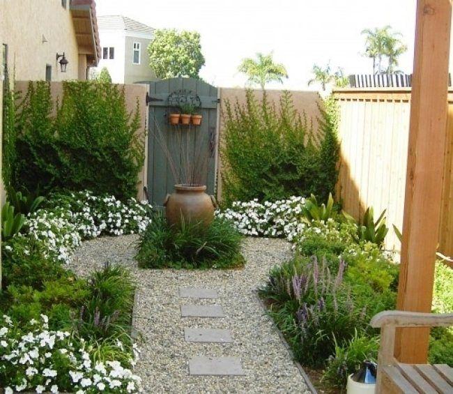 kleiner garten kletterpflanzen wand niedrige weiße stauden, Garten und Bauen