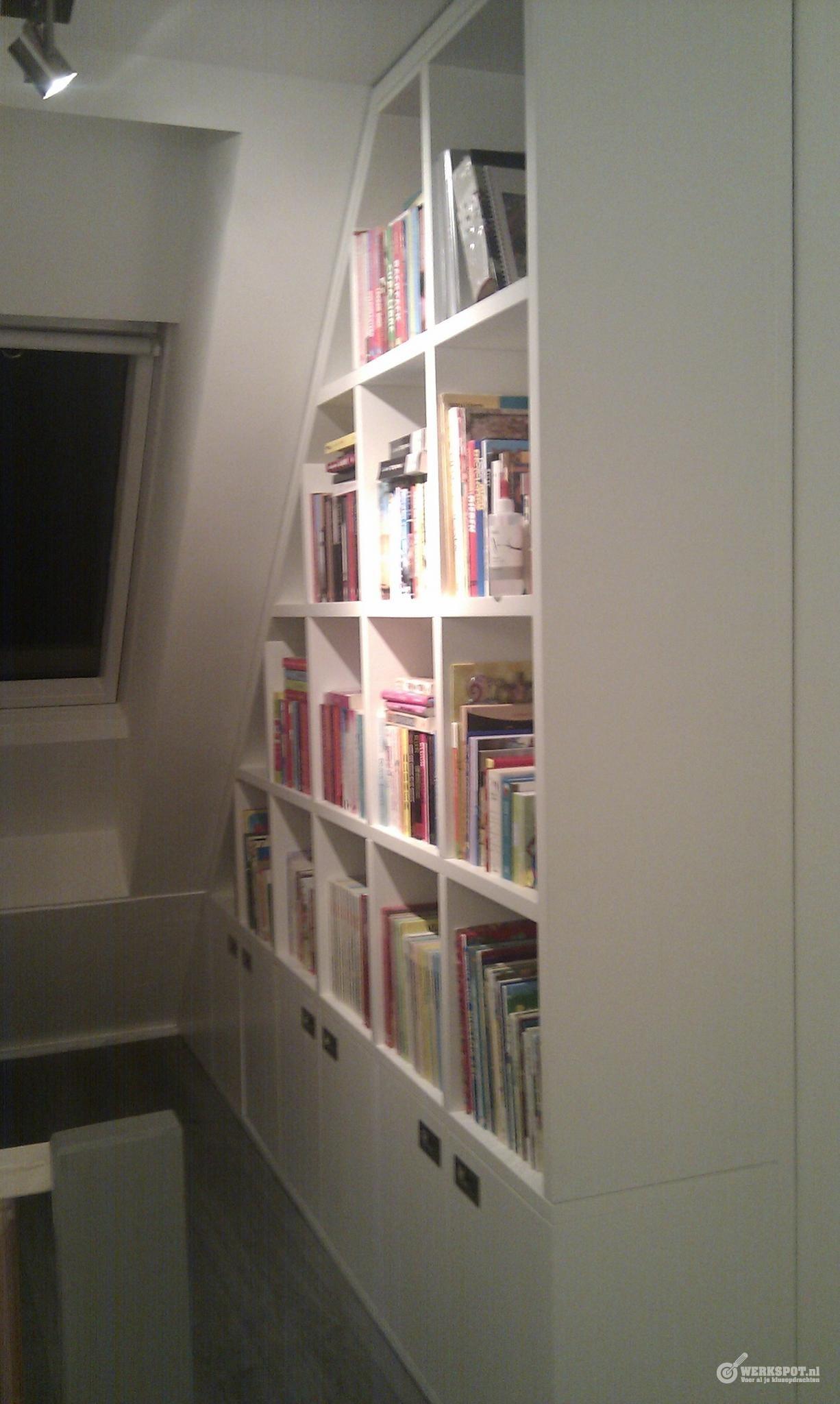 Boekenkast onder schuin dak | Schuine wand/overloop | Pinterest ...