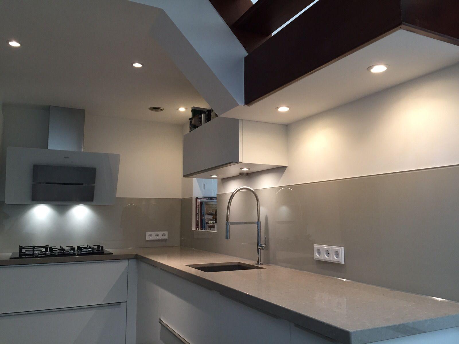 Zand kleur glazen achterwand keukenglas spatwand keuken glas kitcheninspiration - Open keukenglas ...