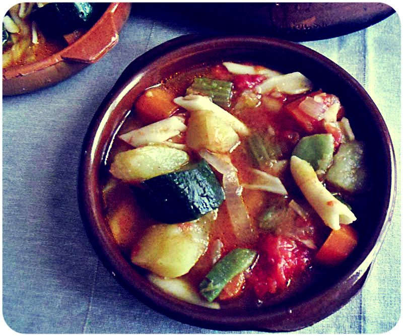 Sopa minestrone italiana de verduras frescas