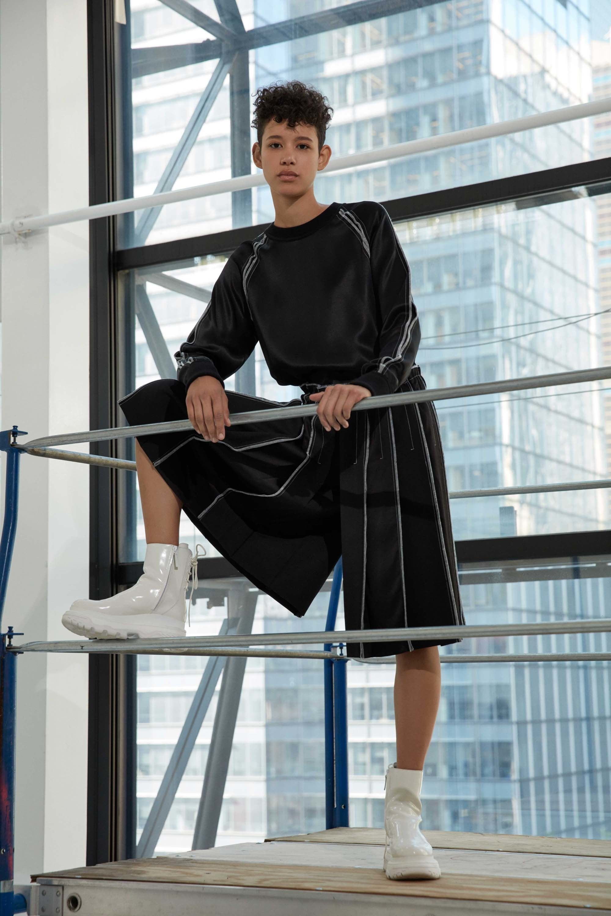 See the complete DKNY Resort 2017 collection.