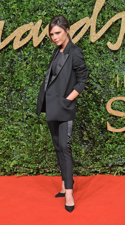 Modedesignerin und Fashion-Ikone Victoria Beckham macht es vor: Die Kombination eines maskulinen Looks mit femininen Accessoires ist total angesagt und wirkt äusserst elegant, gleichzeitig aber auch subtil sexy. Die Britin trägt hier ein Outfit ihres eigenes Label.
