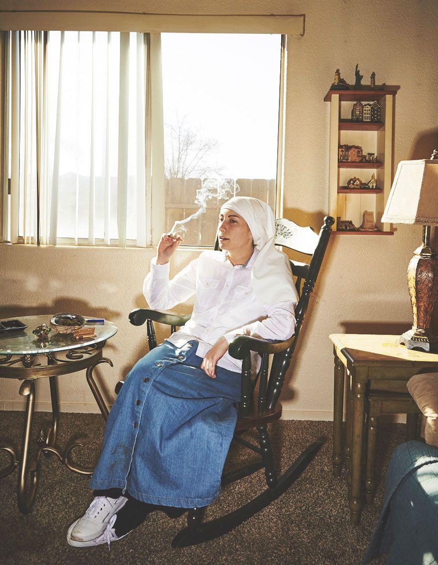 The Sisters of the Valley são duas freiras que serviram como objeto principal dessa série de fotografia de Shaughn Crawford e John DuBois. Direto da Califórnia, as irmãs se consideram religiosas, mas não católicase/ou tradicionais. Elas cultivam maconha de acordo com os ciclos da lua antes de colherem a planta para fazer remédios e vender (...)