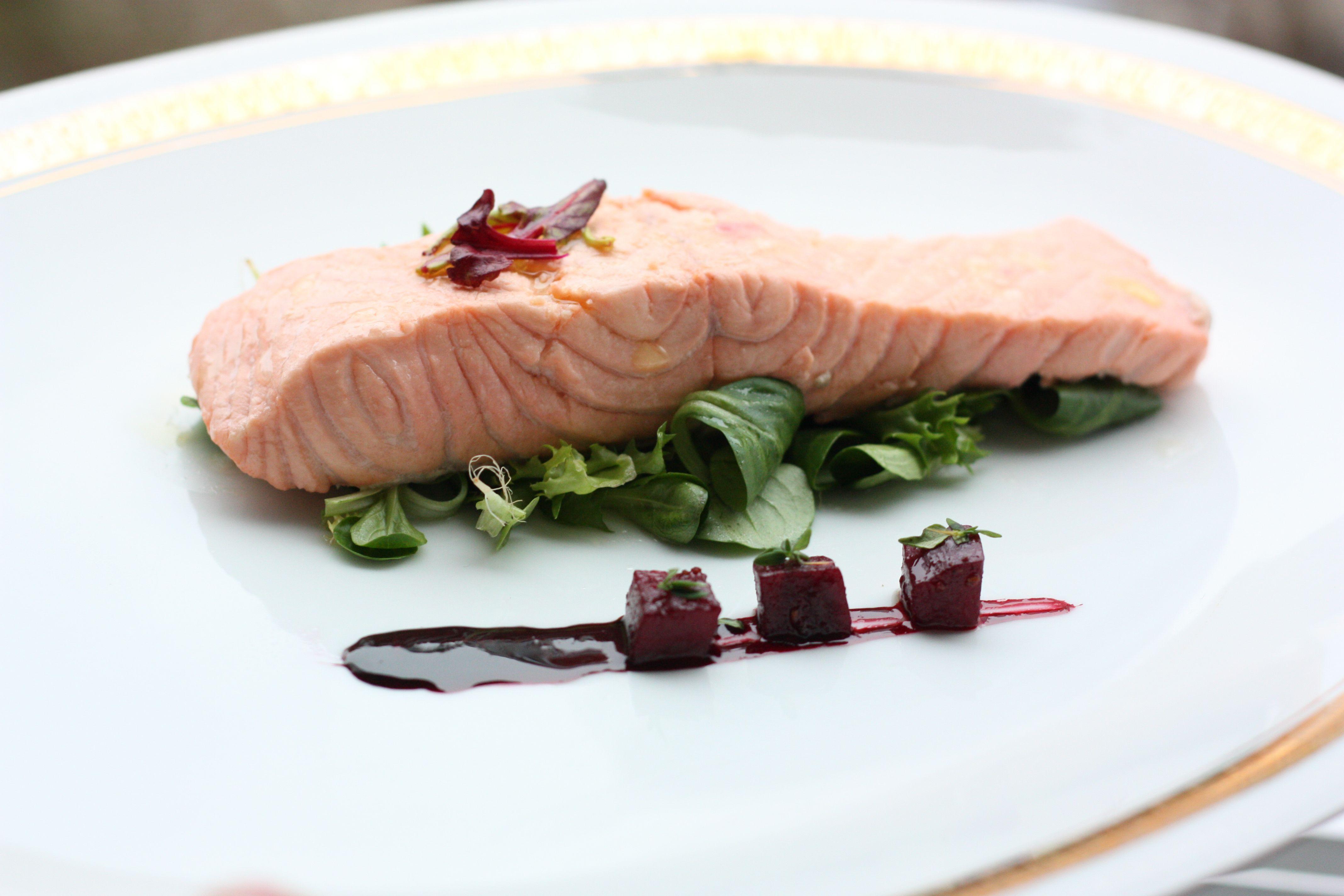 Pošírovaný losos so silne návykovou cviklovou redukciou