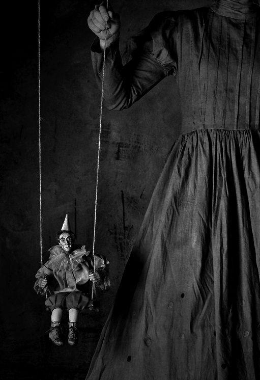"""""""Aslında hayatımızı yöneten bizler değiliz, yaralarımız, kanamalarımız… Bizler; kan pıhtılarının eline giydirdiği birer bez kuklayız…"""" Batuhan Dedde. Photo by Monalli"""
