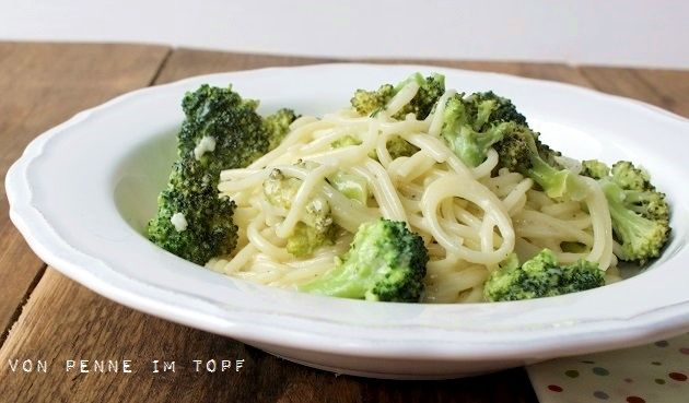 Spaghetti mit Brokkoli und Weißwein-Käse-Sauce 1/2, großen Kopf Brokkoli (oder einen kleinen) Olivenöl Thymian + Rosmarin 1 große Knoblauchzehe 100 ml Weißwein  150 ml Schlagsahne 50 g geriebenen Parmesan Salz, Pfeffer