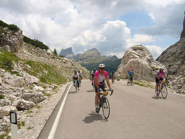 Maratona dles Dolomites, Italie. http://www.lonelyplanet.fr/article/dix-courses-cyclistes-pour-inities #Maratona #Dolomites #Italie #cycliste #course #marathon #vélo #voyage