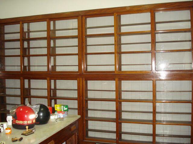 Mobiliário para farmácia dos anos 50 / 60, todo em Ipê amarelo, com prateleiras, gavetas, portas deslizantes com vidro e escada circulante para as estantes.