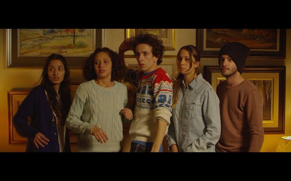 Primer fotograma de la película Ónix con los protagonistas: Nai Awada, Ailín Salas, Macarena Insegna, Camilo Cuello Vitale y Nicolás Condito.