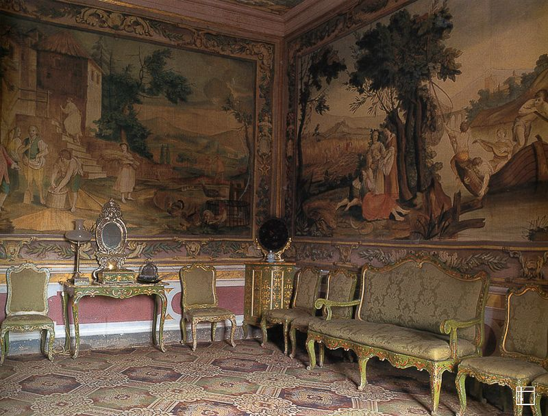 Murals, frescoes, and pottery decorate Tuscan homes of yesterday and today.
