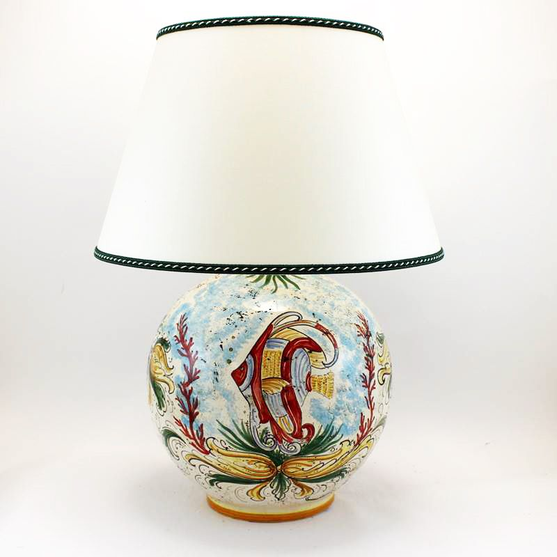 Le teste di moro, famose nel mondo, diventano un oggetto di arredamento, desiderato e prestigioso. Lume In Ceramica Artistica Di Caltagirone Interamente Modellato E Dipinto A Mano Dimensioni Diam Cm 30 X H Cm 55 Con Paralume Ceramica Paralumi Dipinti