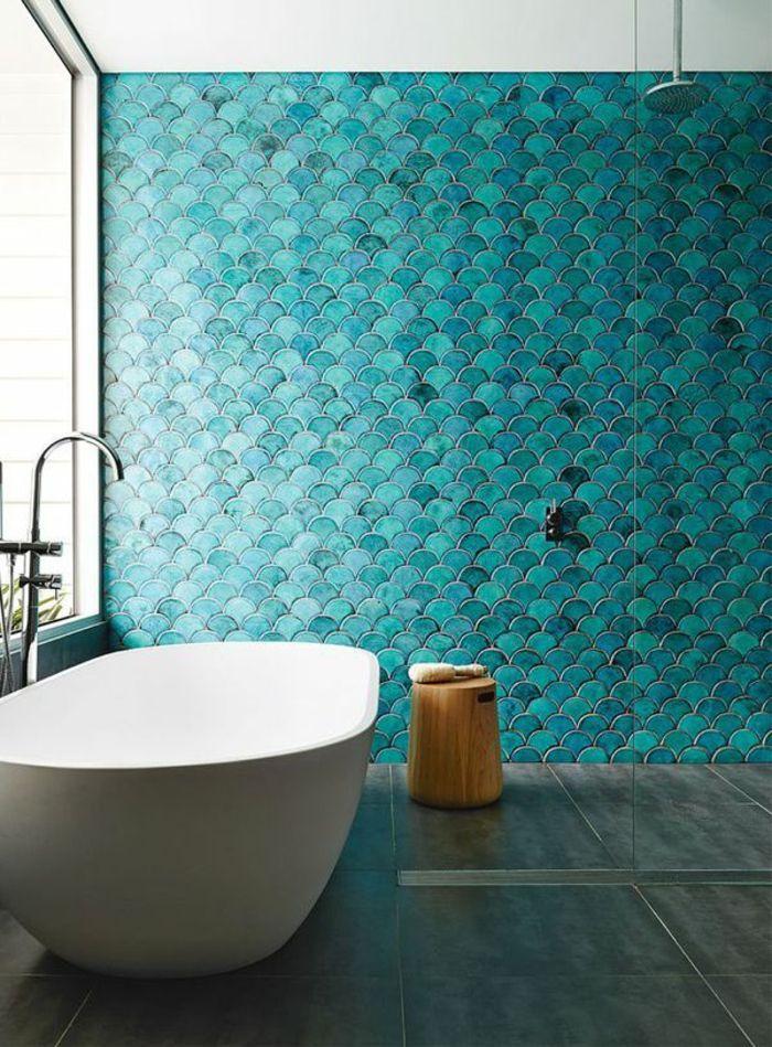 reformas de baño, azulejos color aguamarina, silla de madera tipo