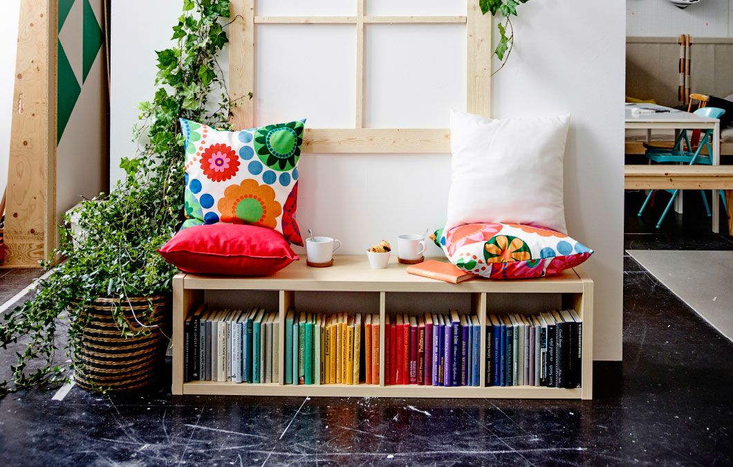 Kallax Wohnzimmer ~ Ein kallax regal in birkenachbildung mit kissen darauf als