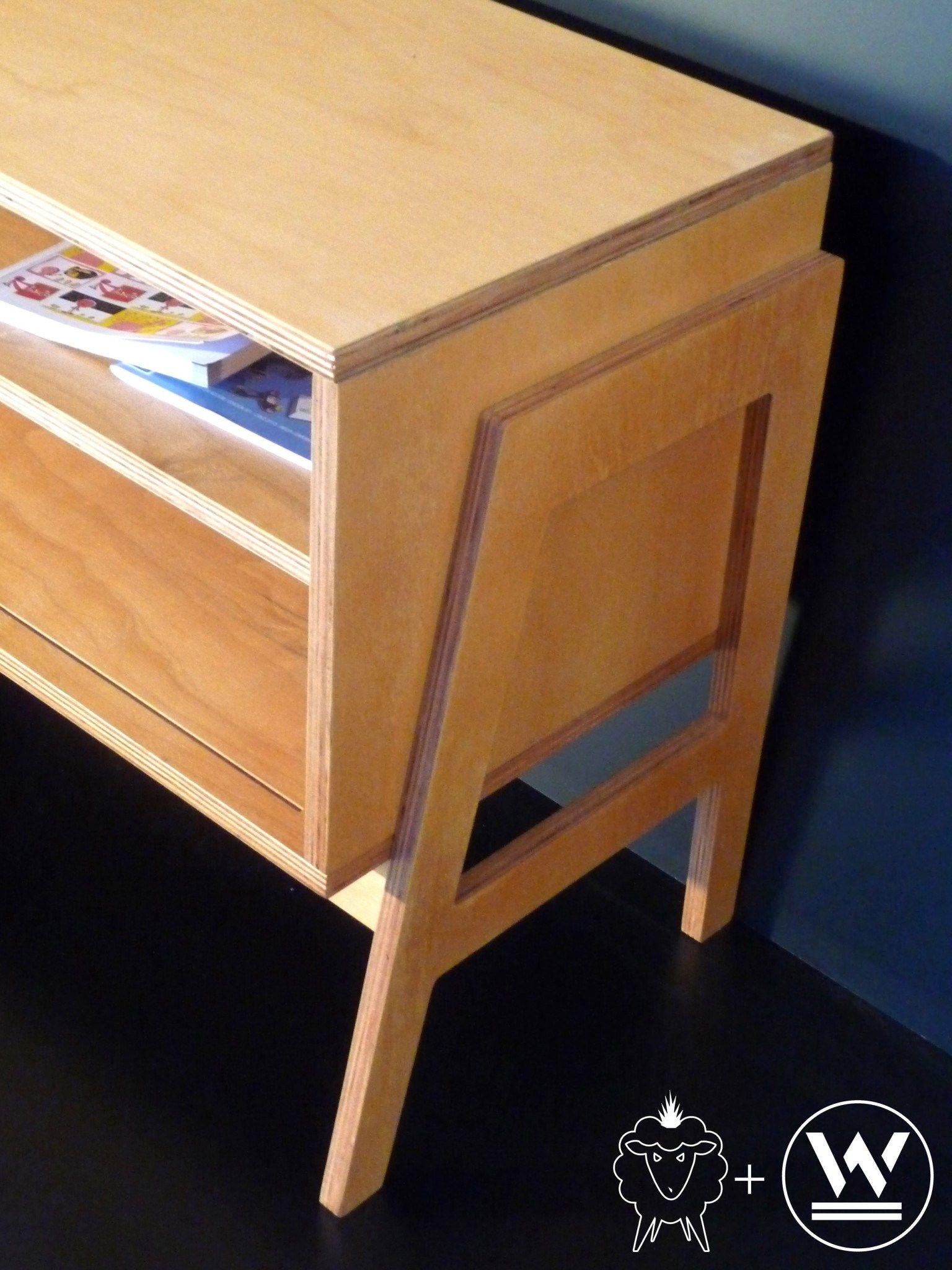 """Mueble bajo """"New Louis"""" Medidas: 165cm largo / 40cm de prof. / 60cm de alto. Altura estantes : 15 cm Ancho estante :49 cm Material: Plywood de Guatambu La puertita se desliza hacia el lado que vos quieras tapar."""