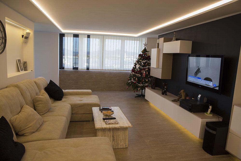 Salon comedor moderno con tiras de luz led en el techo - Muebles de salon con luz led ...