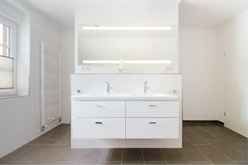 Helles #Badezimmer mit #Doppelwaschbecken als Raumtrenner - ECO - badezimmer doppelwaschbecken