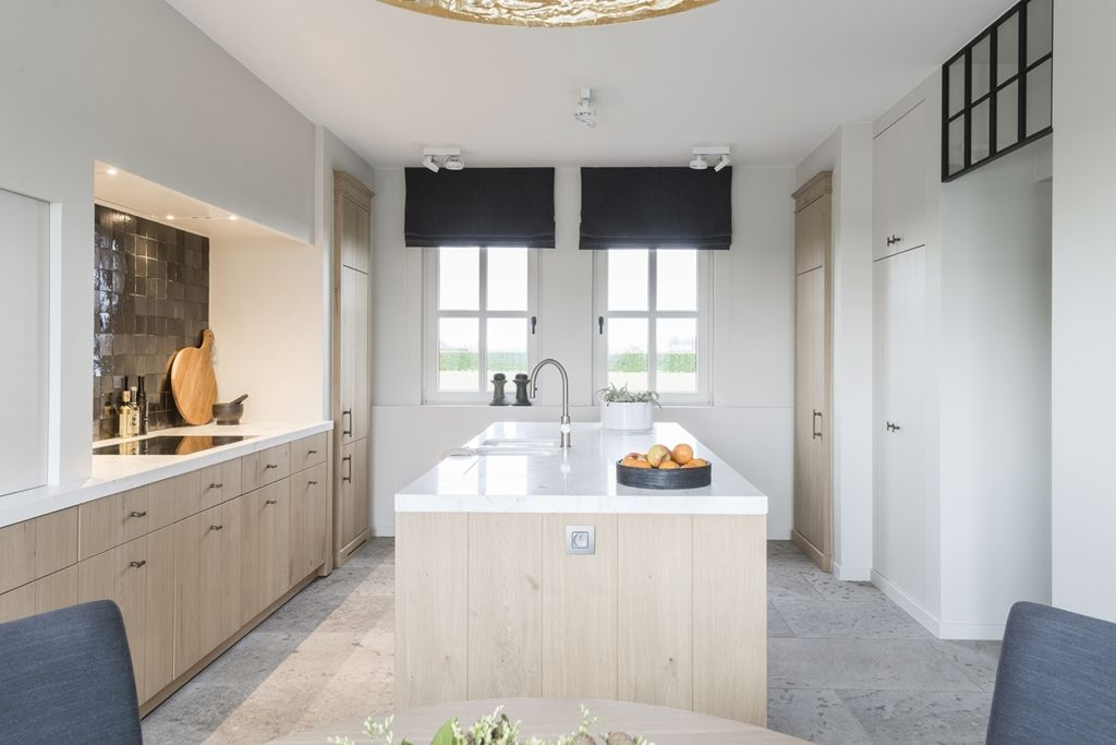 Modern interieur met warme natuurlijke materialen hoog