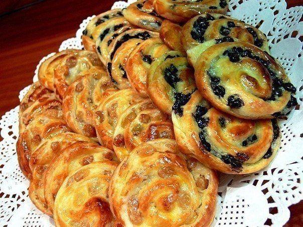 Рецепт простой, вкус потрясающий, а главное эта консистенция, в дорогих отелях в Европе такие готовят на завтрак. Берем готовое слоеное дрожжевое тесто. Заранее размораживаем его в холодильнике. Та…