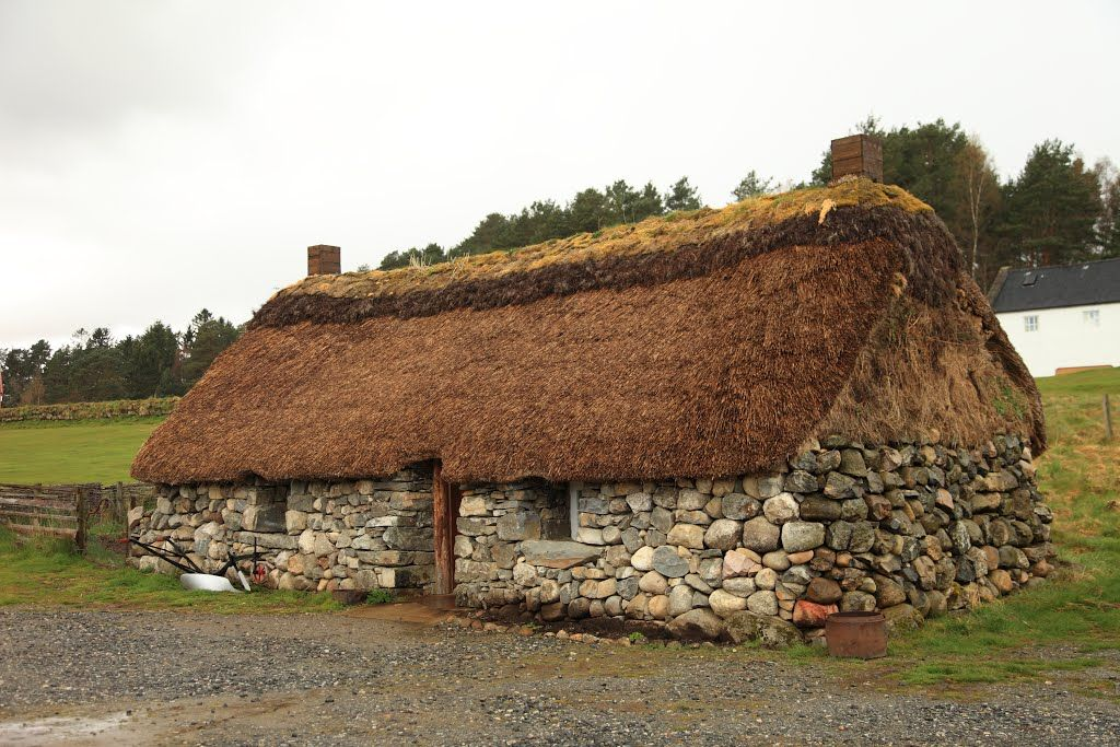 Historic house with thatched roof, in Newtonmore Folk