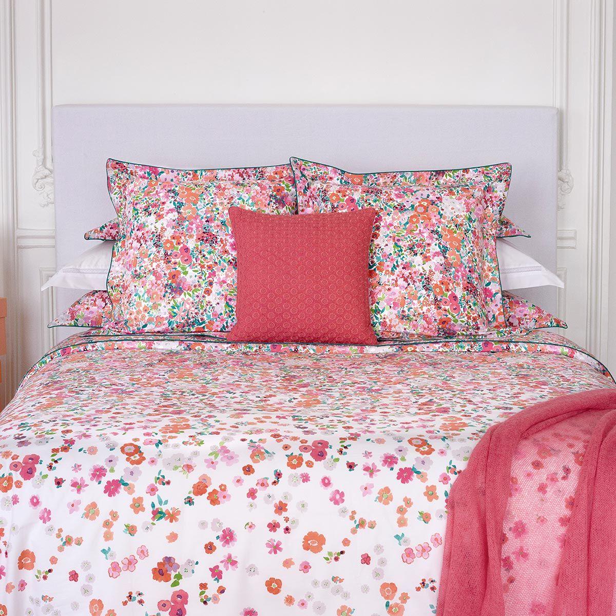 Un lit haut en couleurs, rempli de poésie et d'envies de voyages pour des nuits pleine de douceur. Modèle Millefiori, collection printemps/été 2017 #chambre #fleurs #multicolore