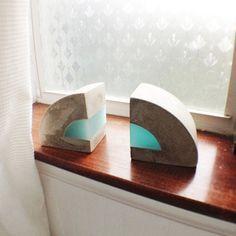 Modern Concrete and resin bookends. Set of 2 por erinalthea en Etsy