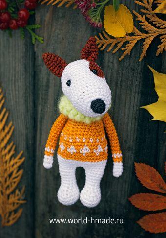 El perro está tejido a ganchillo. Bull Terrier en un suéter jacquard ...