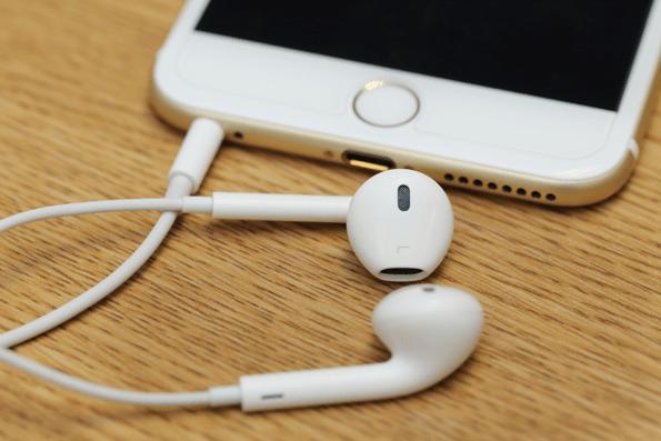 shutterstockiphoneapplemusicspotify Apple Music vs