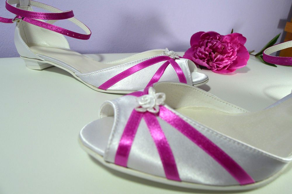 1031dcefcb Cyklaménově bílé svatební boty na nízkém podpatku. Cyklaménovo biele svadobné  topánky na nízkom opatku.
